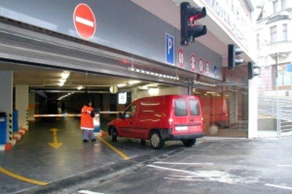 Parkovací dom. Podmienkou predaja je jeho vybudovanie.