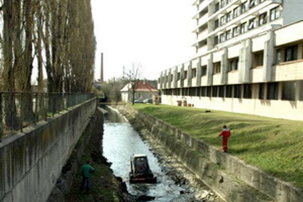 Vyťažené bahno končí na skládke komunálneho odpadu na Zavarskej.