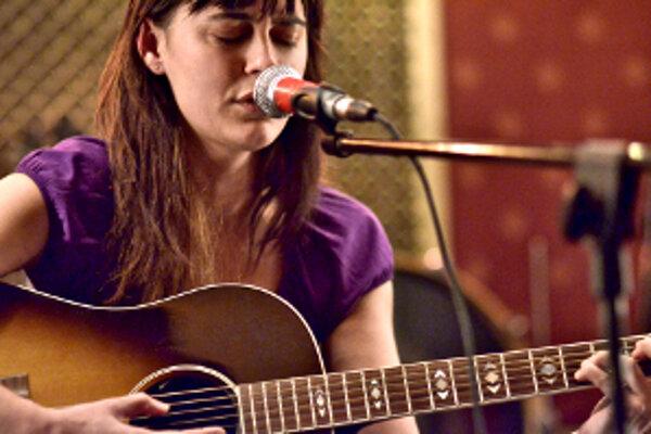 Speváčka Jana Andevská.