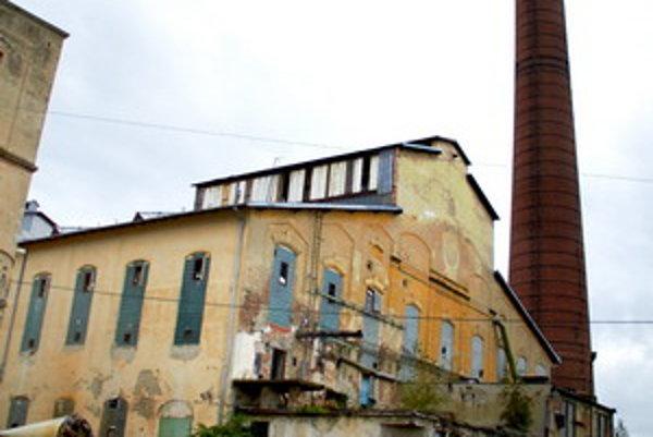 Hlavná budova cukrovaru začína chátrať.