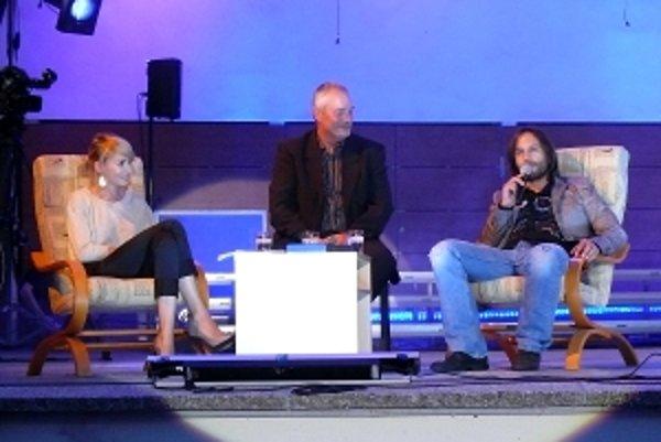 Gabriel Kalapoš (v strede), prezident Trnavských zborových dní, spovedá Máriu Čírovú a Kamila Mikulčíka.