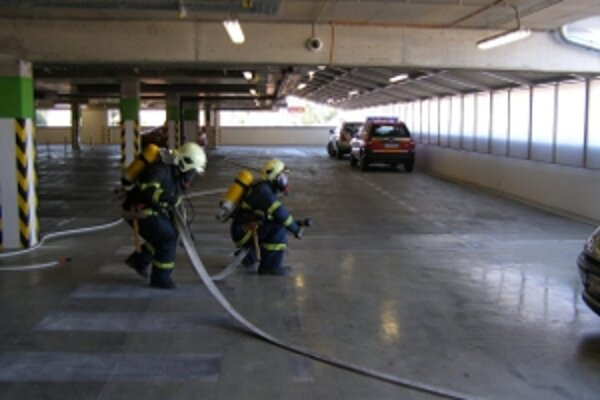 Piešťanskí hasiči si pri výcviku v garáži obchodného strediska Aupark precvičili aj spoluprácu s jeho zamestnancami.