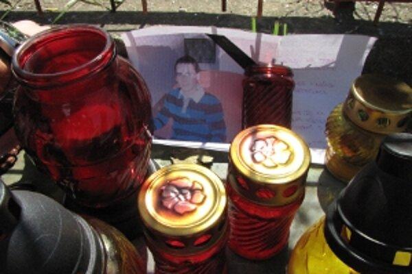 Na mieste tragédie chodia zapaľovať sviečky kamaráti zosnulých.