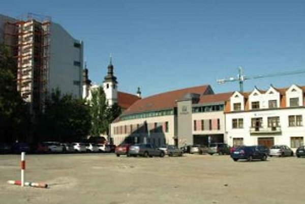 Radnica sľúbila zmeniť parkovisko na Pekárskej na oddychovú zónu.