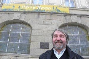 Benjamín Škreko pred trnavským divadlom. Na budove divadla je umiestnený pútač na inscenáciu Parva Roma.