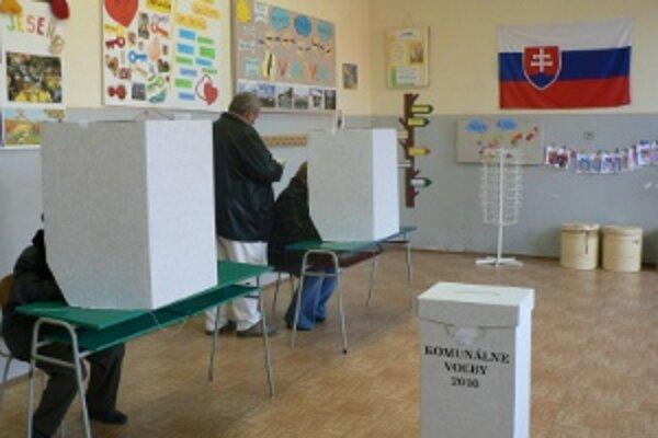 Tento rok sú vo volebných miestnostiach aj pozorovatelia.