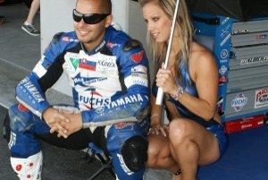 K pretekom na motocykloch neodmysliteľné patria aj šarmantné hostesky.