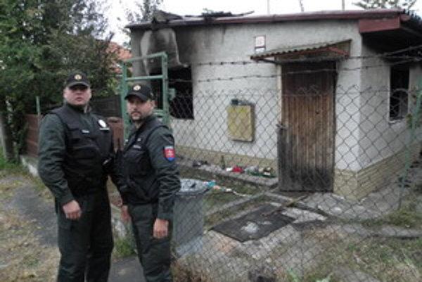 Policajti vytiahli starčeka z horiaceho domu.