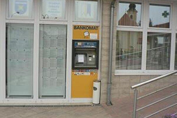 Bankomat je umiestnený v strede obce, v budove obecného úradu. Zlodejov zrejme niekto vyrušil.