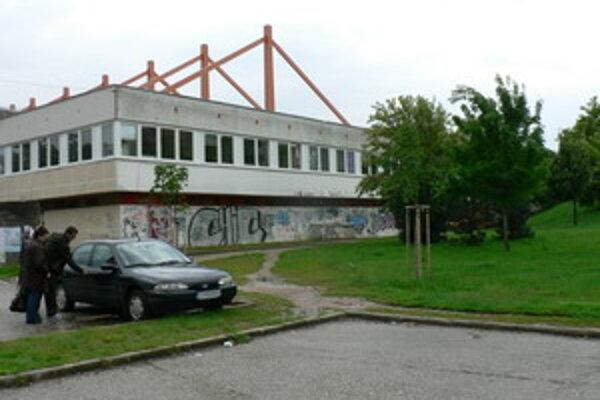 V blízkosti zimného štadióna by malo do konca júna vzniknúť menšie ihrisko.