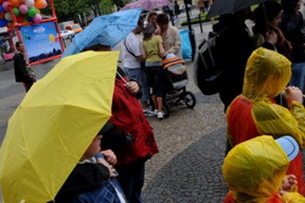 Ľudia namiesto zmrzliny držia v rukách dáždniky.