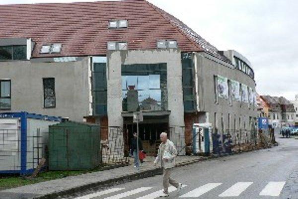 Hotel sídli na Hornopotočnej ulici, oproti hlavnej budovy Trnavskej univerzity.
