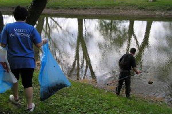 Kvalita vody v zámockom jazierku je čoraz horšia. Pre nízku výšku hladiny tento rok zrušili rybárske preteky Zámocký kapor.