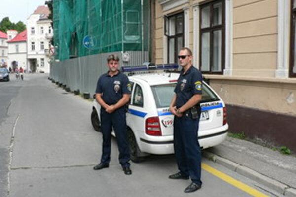 Policajti monitorujú celé centrum.