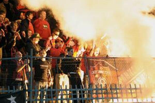 Ani Trnavčania sa v sobotu nesprávali slušne. Okrem vulgarizmov používali pyrotechniku, ktorá je u nás zakázaná.