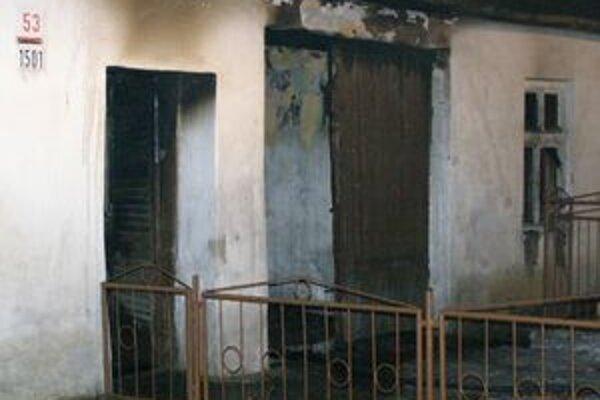 Hasiči včera večer likvidovali požiar rodinného domu v Hlohovci.