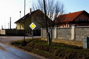 V obci poškodili viacero dopravných značiek.