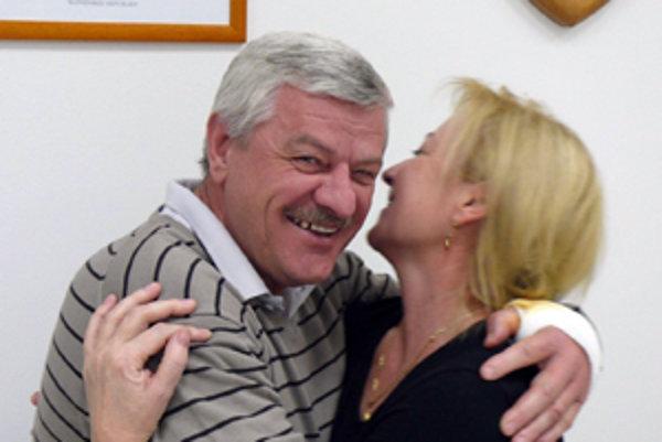 Takto sa tešil Tibor Mikuš a jeho manželka krátko po tom, čo sa dozvedeli záverečnévýsledky.
