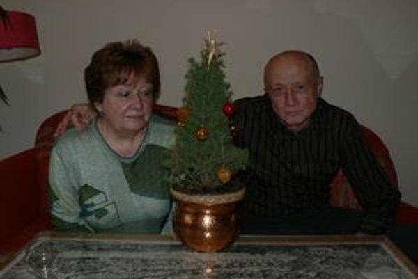 Manželia Jarábkovci dúfajú, že do Štedrého dňa stromček trocha povyrastie.