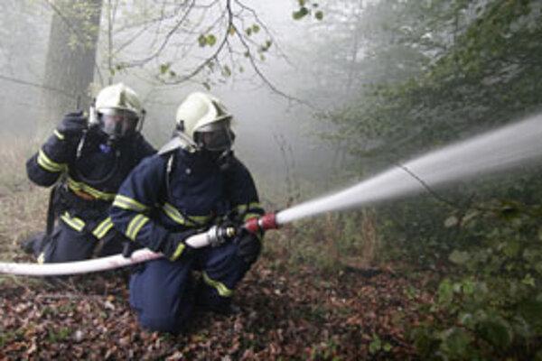 Trnavskí hasiči požiar autobusu na mieste zlikvidovali.