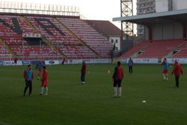 Hráči sa pripravujú na náročné zápasy.