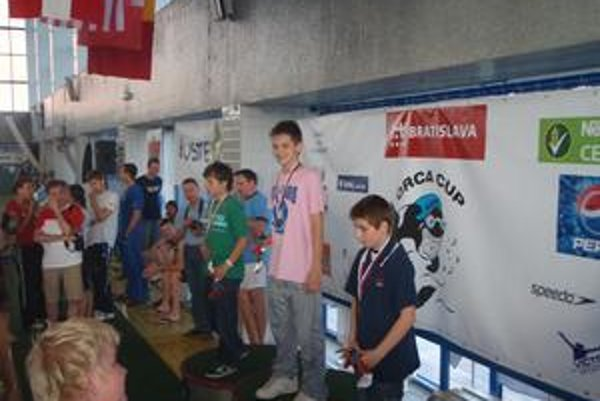 Trnavský talentovaný plavec Tomáš Púchly (v strede).