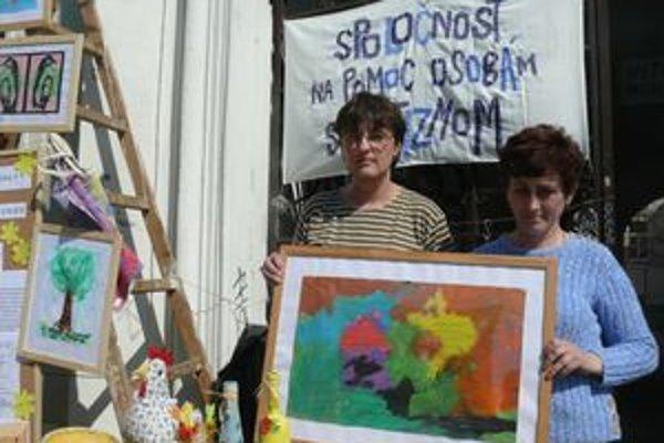 Na trnavskom námestí sa dnes stretli mamičky autistov, aby podporili Svetový deň informovanosti o autizme.