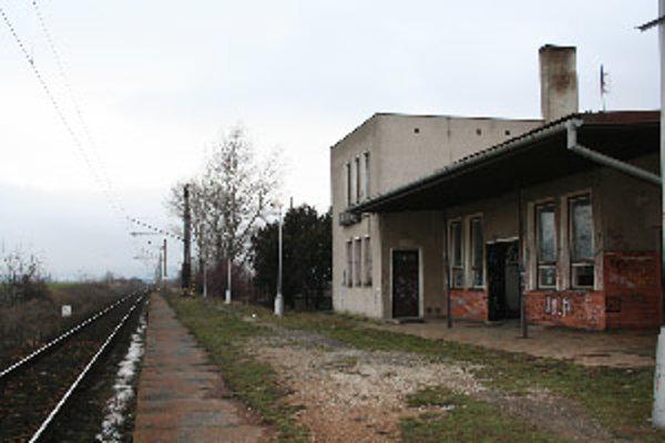 Stanica Bíňovce. Stálu službu železnice zrušili.