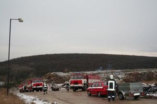 Skládka komunálneho odpadu pri Pastuchove v noci zo stredy na štvrtok horela. Oheň sa snažil uhasiť 27-tonový bager. Zapadol a plamene zachytili aj pracovný stroj.
