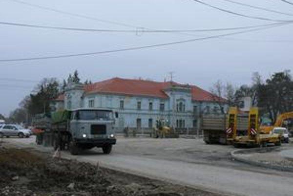 S ukončením výstavby kruhovej križovatky v Zavare budú meškať.