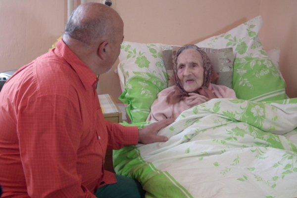 Zopár slov prehodí babka aj so starostom Viliamom Cibíkom, ktorý je zároveň jej obvodným lekárom.