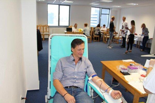 Krv daroval aj bývalý hokejista Ľubomír Sekeráš.