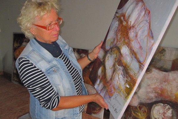 Pred príchodom návštevníkov na výstavu sa umelkyňa rozhoduje, ktoré dielo má kam umiestniť.