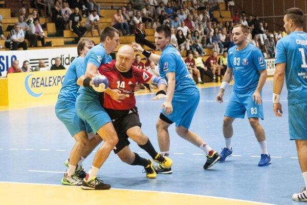 Hráči MŠK (v modrom) bránia T. Mažára.