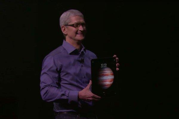 Tim Cook predstavuje iPad Pro.