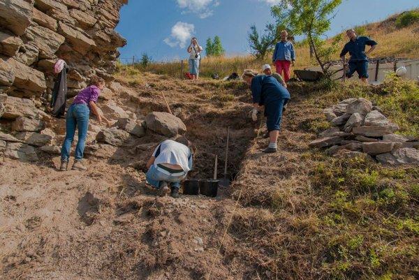 V okolí hradu Sivý Kameň našli odborníci črepy púchovskej kultúry z obdobia okolo prelomu letopočtov.