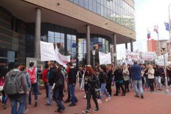 Žiaci protestovali pred budovou Trenčianskeho samosprávneho kraja.
