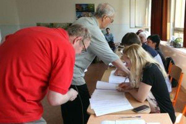 Účasť vo volebných komisiách láka aj mladších ľudí.