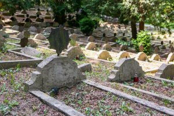 Na údržbu vojenských hrobov prispieva mestu štát.