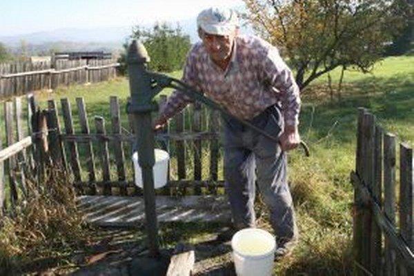 Vodu v studniach stále využíva mnoho ľudí.