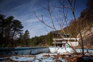 Kúpalisko Zelená žaba je zatvorené od roku 2001.