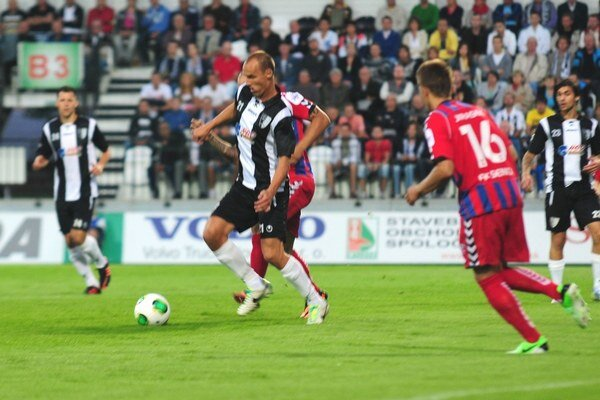 Tomáš Bruško (v strede) zápas pre červenú kartu nedohral.