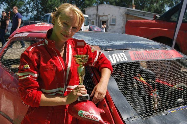 Študentka gymnázia Sofia Lukáčiková predbieha na trati aj skúsených pretekárov.
