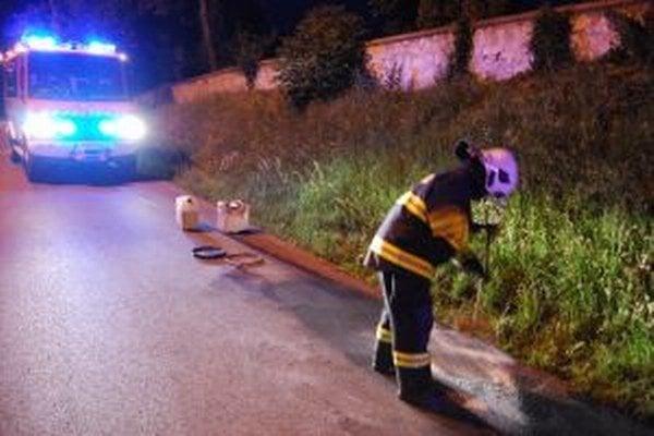 Olej na ceste likvidovala dvojica hasičov.