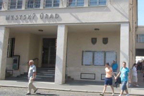 Podľa primátora Trenčína mesto výrazne šetrí od roku 2011.