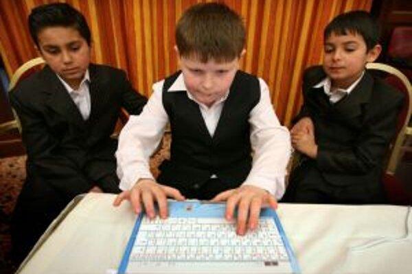 V školách je dostatok počítačov.