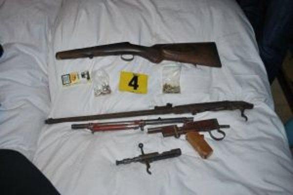 Zaistené zbrane a náboje.