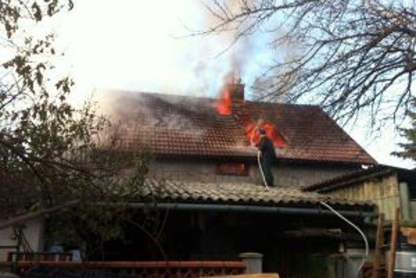 Odvážny dôchodca v úlohe hasiča susedovho domu.