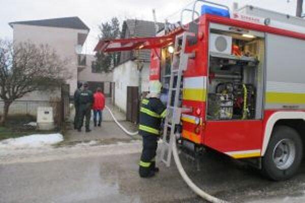 Novomestskí hasiči zachránili pred plameňmi rodinný dom v Rakoľuboch.
