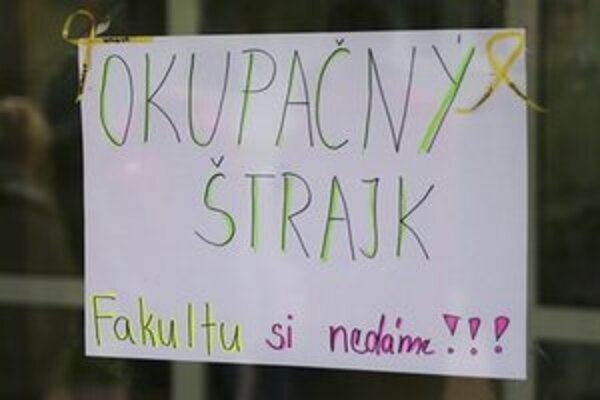 Proti rektorovi Kneppovi sa nedávno postavili aj študenti.